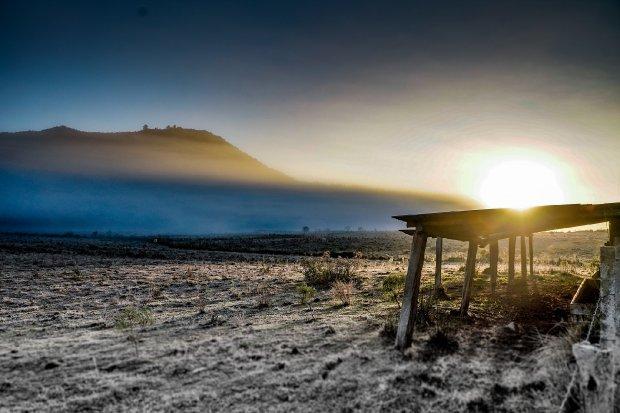 #Pracegover Foto: na imagem há o sol, terra, mato