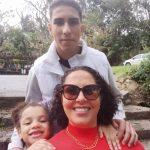 #Pracegover Foto: na imagem há uma mulher, um jovem e uma criança