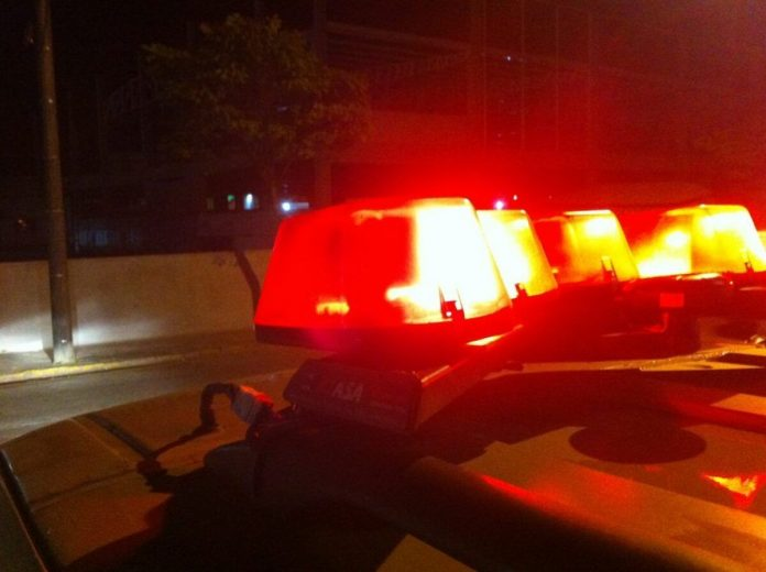 #Pracegover Na foto, giroflex em uma viatura da polícia