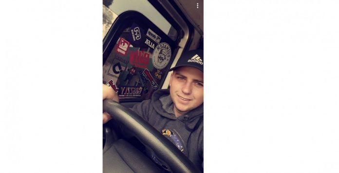 #Pracegover Na foto, Daniel está em um caminhão, segurando o volante e sorrindo