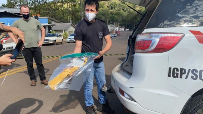 #Pracegover Na foto, policial civil segura a espada usada no crime