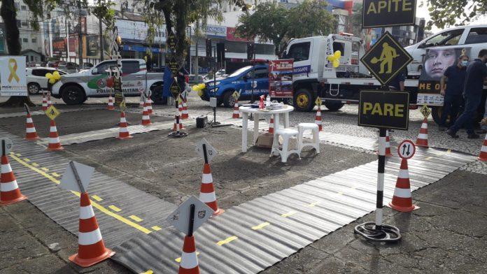#Pracegover Foto: na imagem há cones, carros, árvores e pessoas