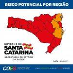 #Pracegover Foto: na imagem há o mapa de SC em vermelho e laranja