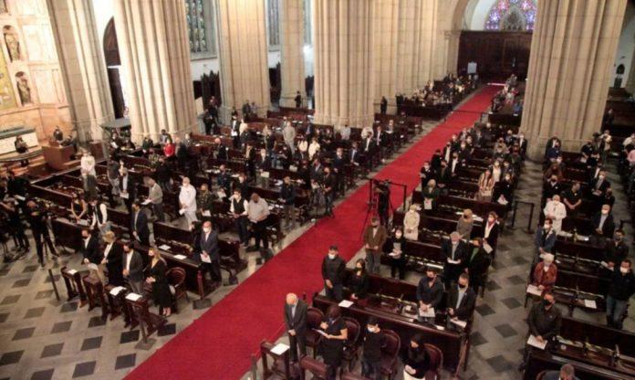 #Pracegover Na foto, pessoas dentro de uma igreja