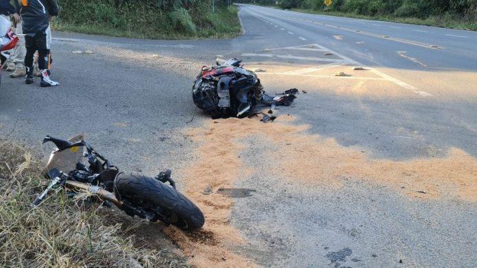 #Pracegover Na foto, uma motocicleta em duas partes sobre o asfalto