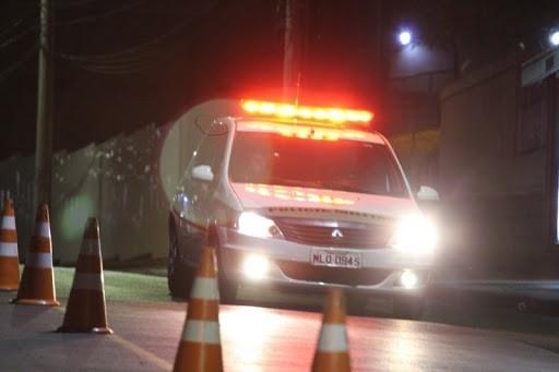 #Pracegover Foto: na imagem há uma viatura da PM e cones
