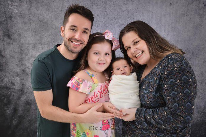 #Pracegover Foto: na imagem há uma mulher, um homem e duas crianças, uma menina e um menino