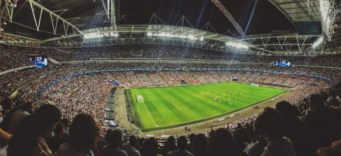 #Pracegover Na foto, estádio de futebol iluminado
