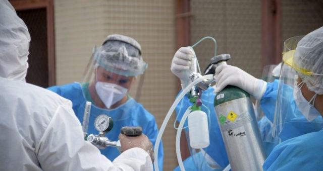 #Pracegover Na foto, equipe médica cuidando de um paciente