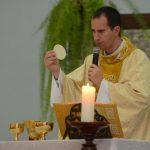 #Pracegover Foto: na imagem há um homem, o Corpo de Cristo e uma vela