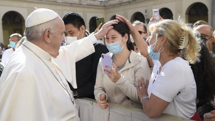 #Pracegover Na foto, Papa abençoando fiéis