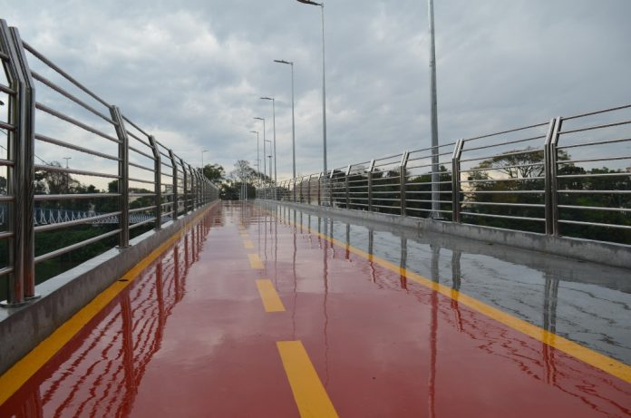#Pracegover Na foto, passarela molhada, sem passagem de pedestre