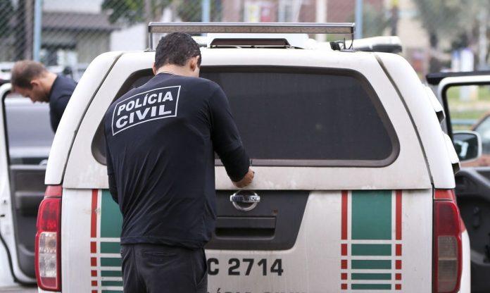 #Pracegover Foto: na imagem há uma viatura e dos profissionais de segurança pública