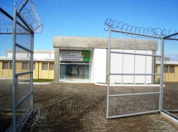 #Pracegover Foto: na imagem há o prédio de uma penitenciária