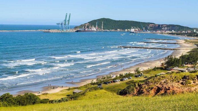 #Pracegover Na foto, imagem panorâmica da Praia do Porto, em Imbituba