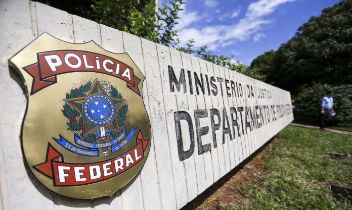 #Pracegover Na foto, placa com o brasão da Polícia Federal
