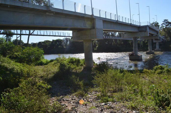 #Pracegover Foto: na imagem há uma passarela de concreto, o rio e mato