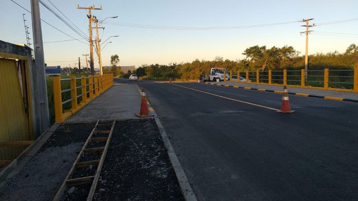 #Pracegover Na foto, ponte com as laterais pintadas, asfalto recente, e pista sinalizada