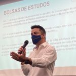 #Pracegover Na foto, prefeito Beto Kuerten aparece durante discurso