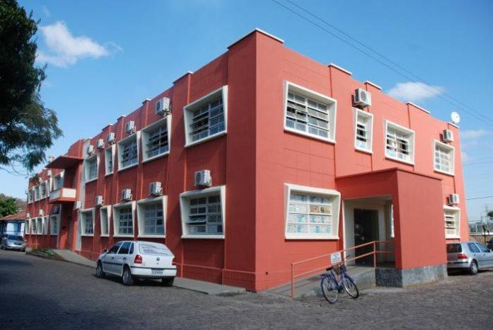 #Pracegover Foto: na imagem há um prédio e um carro