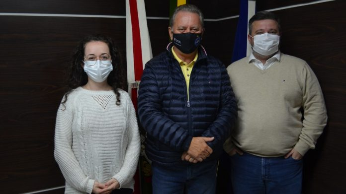 #Pracegover Na foto, Amanda Garcia Perraro. Joares Ponticelli e Marivaldo Júnior