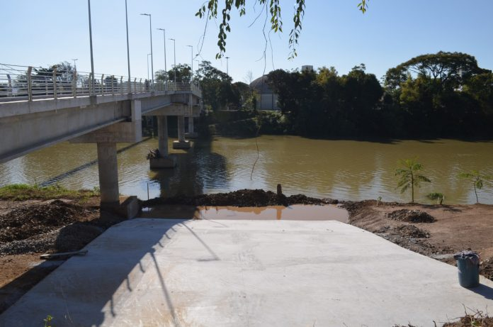 #Pracegover Foto: na imagem há uma rampa, um rio e árvores