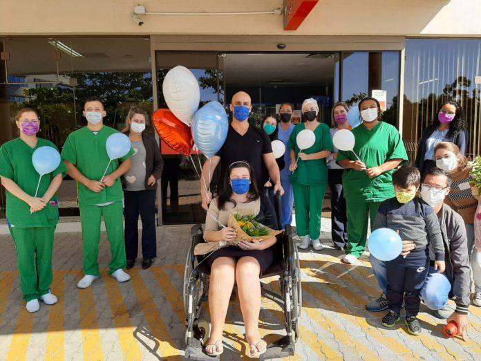 #Pracegover Foto: na imagem há diversas pessoas em frente ao Hospital