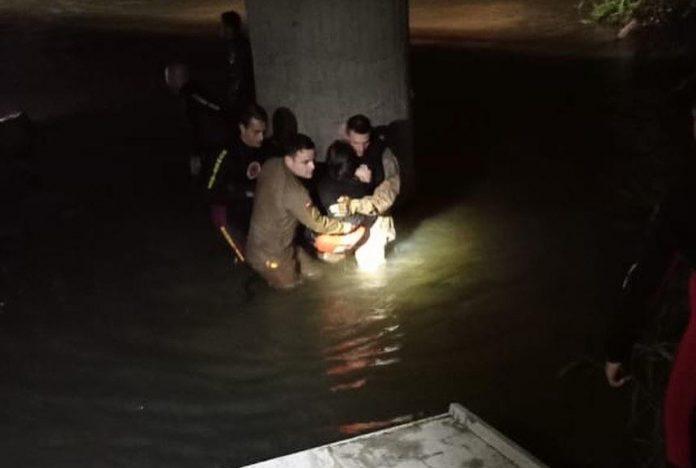 #Pracegover Foto: na imagem há pessoas e um rio