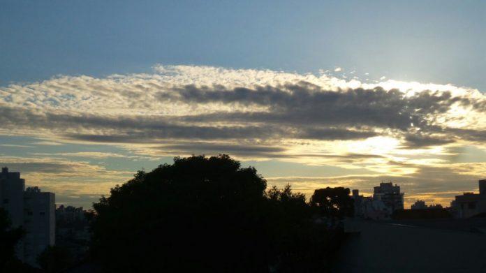#Pracegover Na foto, céu no entardecer, com poucas nuvens