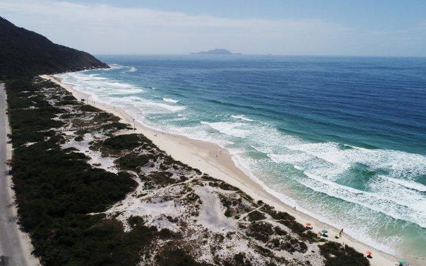 #Pracegover Na foto, imagem aérea da praia dos Ingleses, em Florianópolis