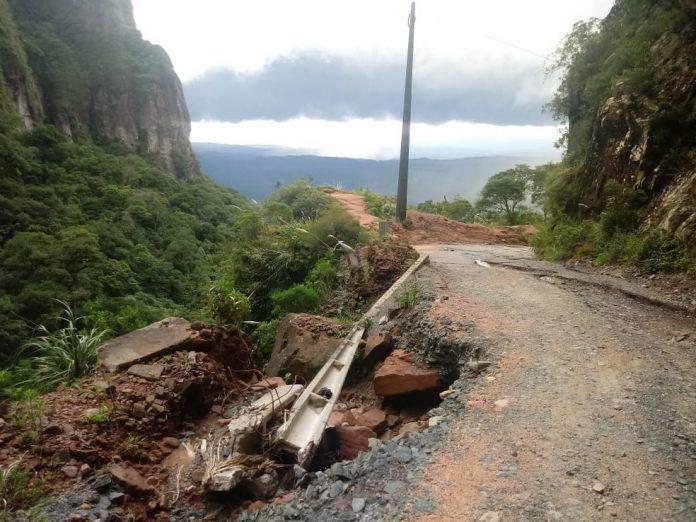 #Pracegover Foto: na imagem há uma estrada de chão, área verde e o céu