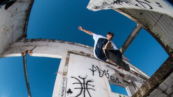 #Pracegover Na foto, Roberto faz uma manobra no ar