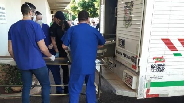 #Pracegover Na foto, pessoas tirando um caixão do carro do IGP