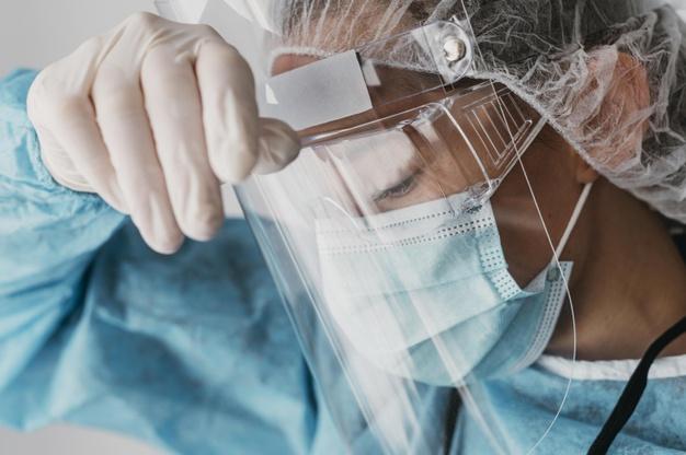 #Pracegover Na foto, médico usando equipamento de proteção