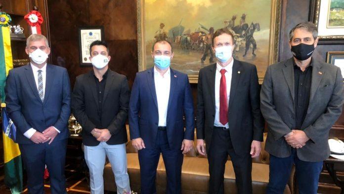 #Pracegover Na foto, 5 homens, todos estão de terno, máscara e posando para foto