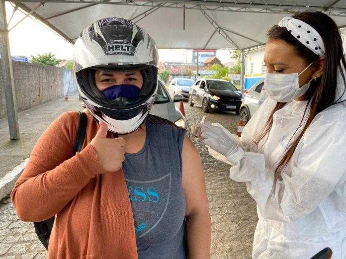 #Pracego Foto: na imagem há uma pessoa vacinando e uma sendo vacinada