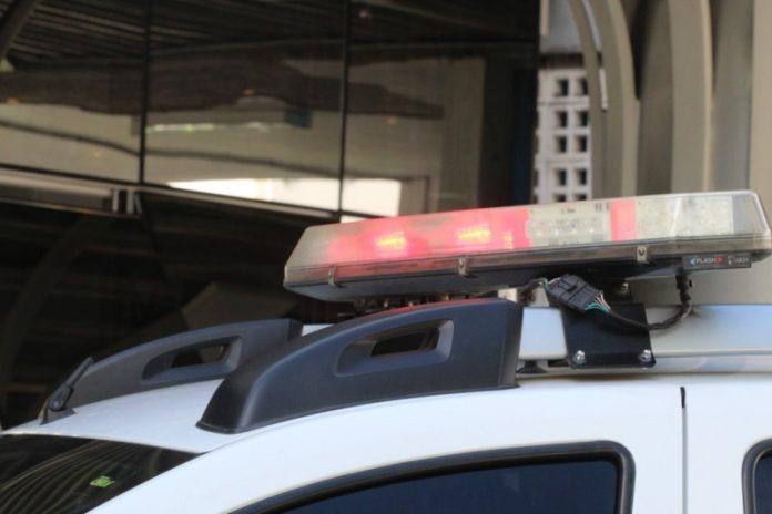 #Pracgover Foto: na imagem há um veículo em frente a um estabelecimento