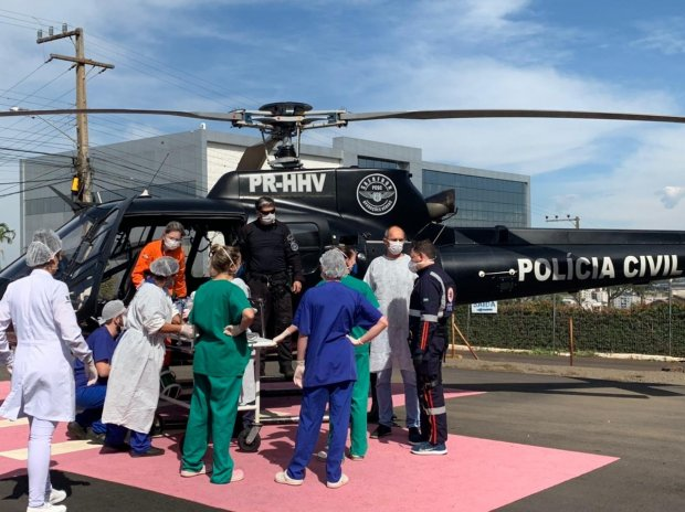 #Pracegover Foto: na imagem há inúmeras pessoas e um helicóptero