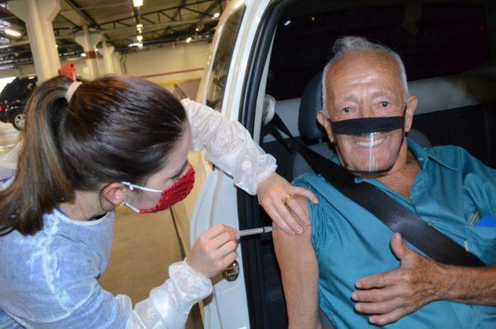 #Pracegover Na foto, idoso sendo vacinado