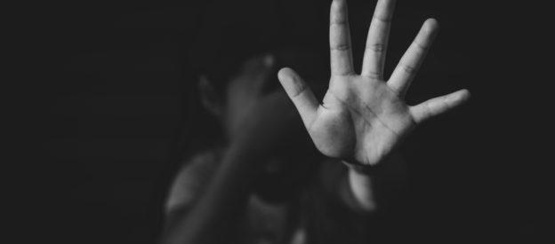 #Pracegover Na foto, menino levantando a mão para se defender