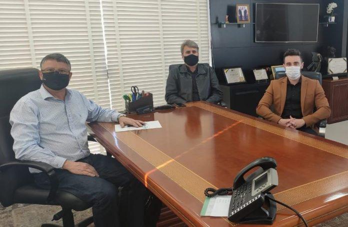 #Pracegover Na foto, pessoas sentadas ao redor de uma mesa durante reunião