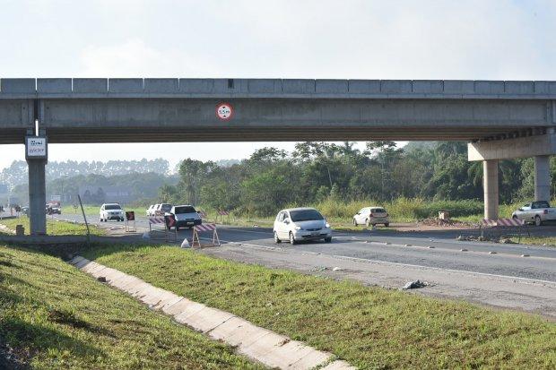 #Pracegover Na foto, carros passando em uma rodovia estadual