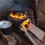 #Pracegover Na foto, panela sobre um fogão à lenha aceso