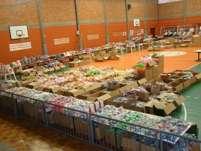 #Pracegover Foto: na imagem há um ginásio e muitos produtos