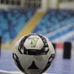 #Pracegover Foto: na imagem há uma bola, arquibancada e uma quadra