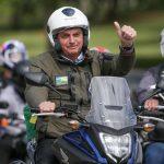 #Pracegover Na foto, Bolsonaro pilotando uma moto