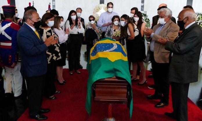 #Pracegover Na foto, bandeira do Brasil sobre um caixão funerário e pessoas em volta