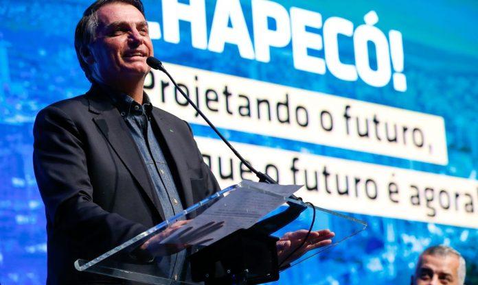 #Pracegover Na foto, Bolsonaro falando em um microfone durante discurso