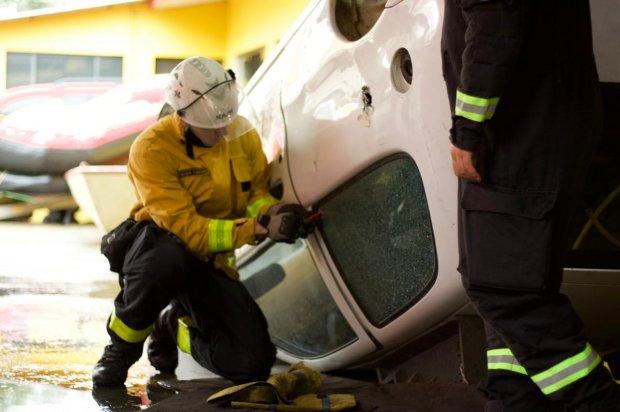 #Pracegover Foto: na imagem há um bombeiro e um carro branco