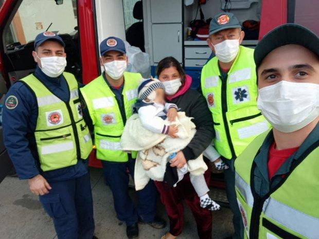 #Pracegover Foto: na imagem há quatro homens, uma mulher e uma criança